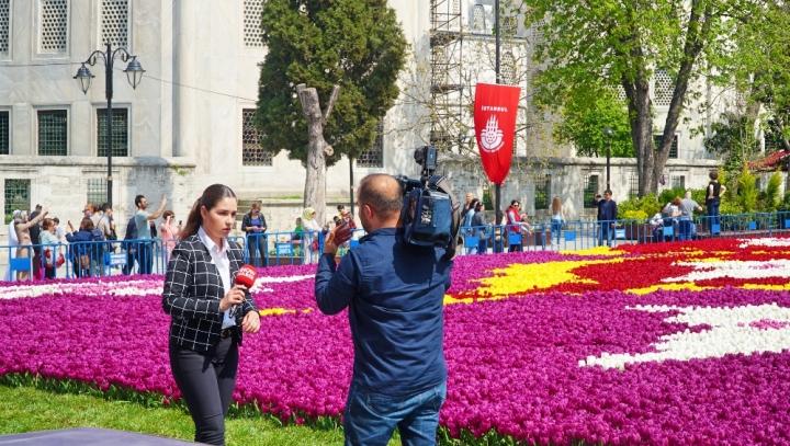 Jurnlasi melipur pameran karpet bunga tulip di depan Hagia Sophia