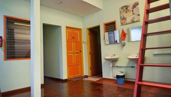 Kamar mandi bersama di lantai 2