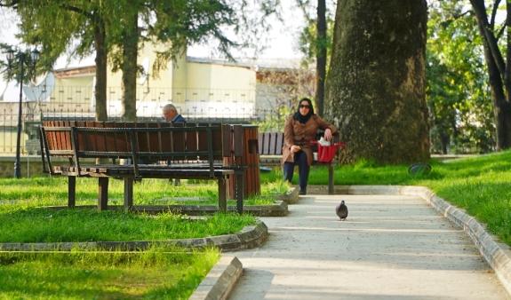 Duduk santai di halaman masjid hijau, Bursa
