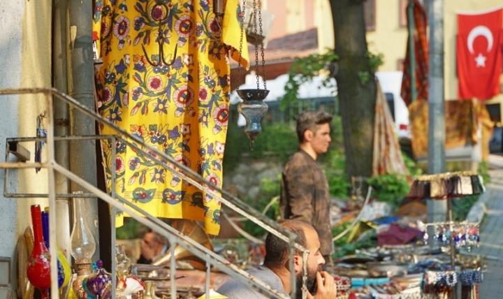Pedagang souvenir setia menanti dagangan di tepi jalan , Bursa