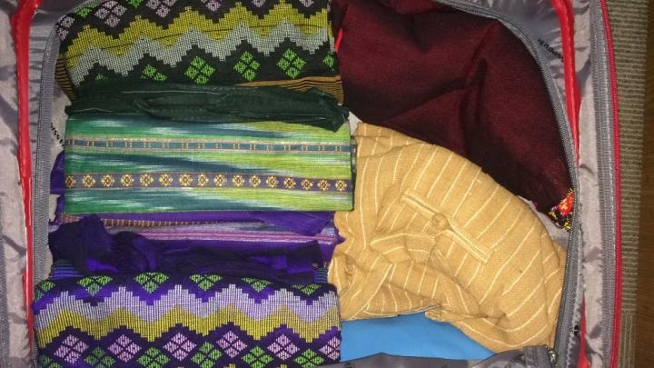 Cuma ini oleh-oleh yang saya beli, 5 kain longji, baju untuk ponakan dan beberapa gelang batu