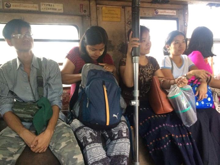 Kalau sudah pakai Tanaka nggak dan sarung nggak kelihatan mana orang Indonesia dan Myanmar