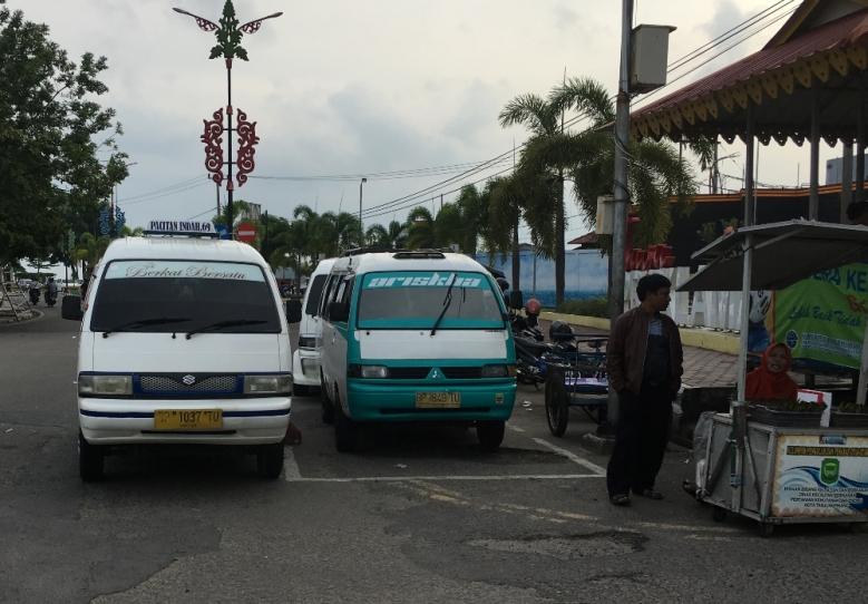 Harus naik angkot untuk sampai dipelabuhan Sri Bintan Pura Tanjung Pinang