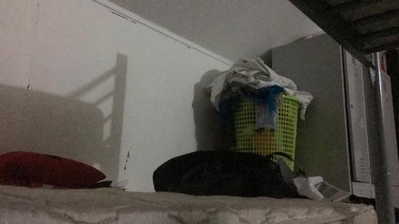 Tumpukan cucian jadi pemandangan indah di kamar ini
