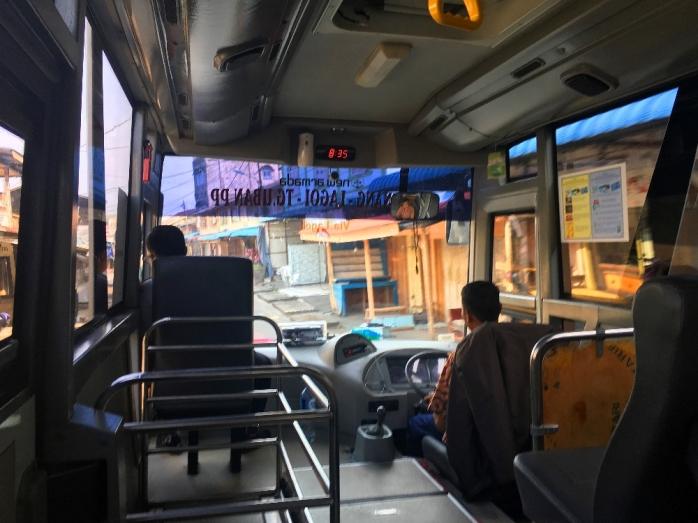 Suasana di dalam bis damri, tak banyak penumpang