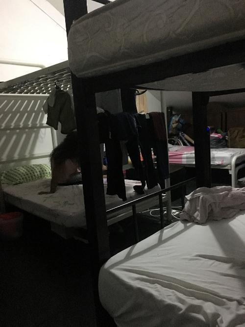 Penampakan ranjang di kamar hostel
