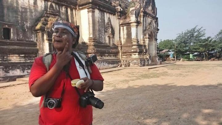 Memakai Tanak untuk melindungi kulit dari paparan sinar matahari dan bisa masuk ke kuil gratis