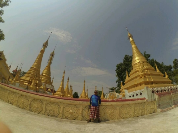 Sarung selalu menjadi gaya andalan di Myanmar