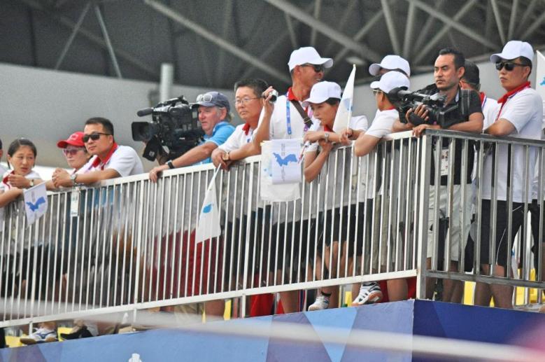 Pendukung Korea yang bahagia karena tim putri memenangkan perlombaan perahau naga